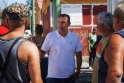 El concejal de Vivienda, Alexis Moreno, visita a los vecinos de El Matorral, para conocer el estado de las casas, a su juicio, lamentable
